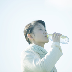 水を飲む女性の写真素材 [FYI04550061]