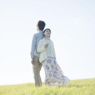 スマートフォンで音楽を聴くカップルの写真素材 [FYI04550102]