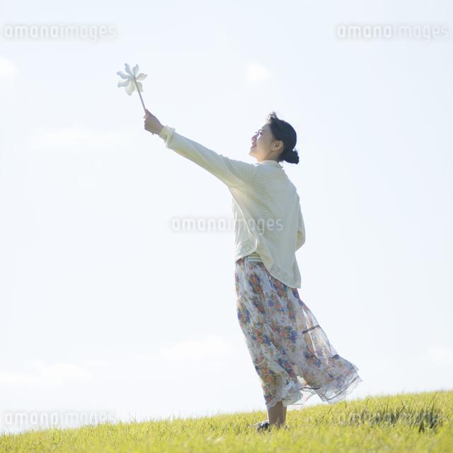 風車を持つ女性の写真素材 [FYI04550138]