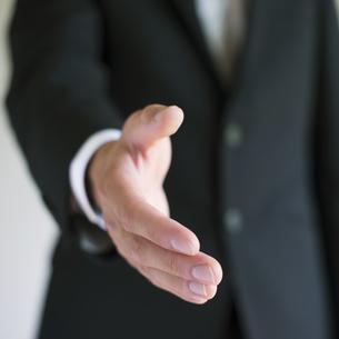 手を差し出すビジネスマンの手元の写真素材 [FYI04550161]