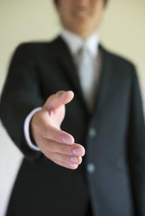 手を差し出すビジネスマンの手元の写真素材 [FYI04550162]