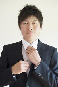 ネクタイを直すビジネスマンの写真素材 [FYI04550182]