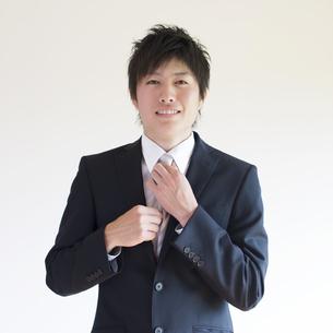 ネクタイを直すビジネスマンの写真素材 [FYI04550219]