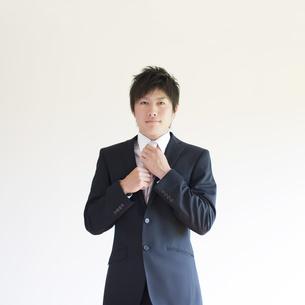 ネクタイを直すビジネスマンの写真素材 [FYI04550246]