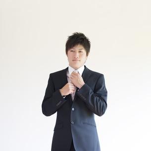 ネクタイを直すビジネスマンの写真素材 [FYI04550250]