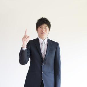 指差しをするビジネスマンの写真素材 [FYI04550257]