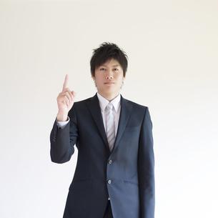 指差しをするビジネスマンの写真素材 [FYI04550259]