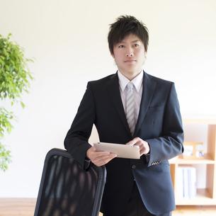 タブレットPCを持つビジネスマンの写真素材 [FYI04550277]
