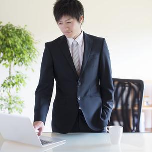 パソコン操作をするビジネスマンの写真素材 [FYI04550292]