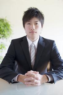 真剣な表情をするビジネスマンの写真素材 [FYI04550306]