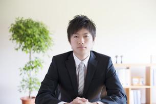 真剣な表情をするビジネスマンの写真素材 [FYI04550308]