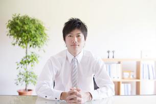 真剣な表情をするビジネスマンの写真素材 [FYI04550309]