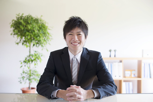 微笑むビジネスマンの写真素材 [FYI04550315]
