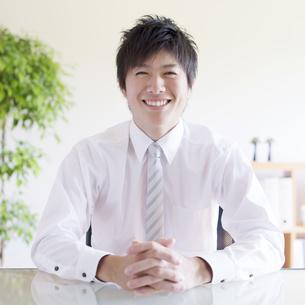 微笑むビジネスマンの写真素材 [FYI04550318]