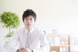 真剣な表情をするビジネスマンの写真素材 [FYI04550323]