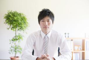 真剣な表情をするビジネスマンの写真素材 [FYI04550324]