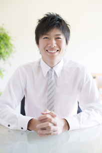 微笑むビジネスマンの写真素材 [FYI04550325]