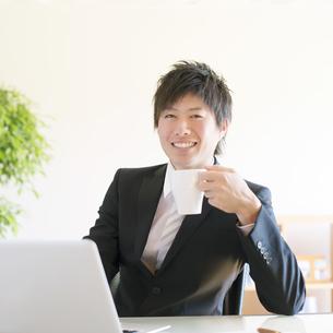 コーヒーを飲むビジネスマンの写真素材 [FYI04550341]
