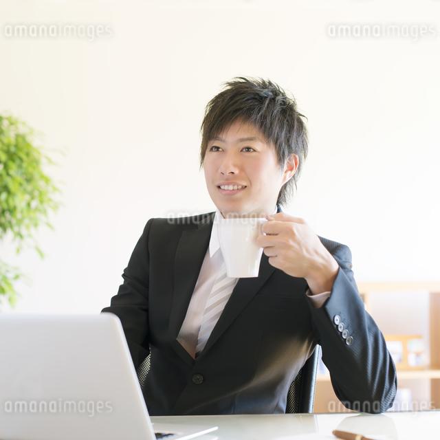 コーヒーを飲むビジネスマンの写真素材 [FYI04550344]