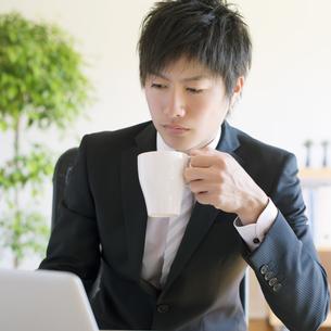 コーヒーを飲むビジネスマンの写真素材 [FYI04550358]