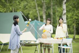バーベキューをする3人の女性の写真素材 [FYI04550387]