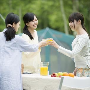 乾杯をする3人の女性の写真素材 [FYI04550390]