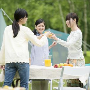 乾杯をする3人の女性の写真素材 [FYI04550392]