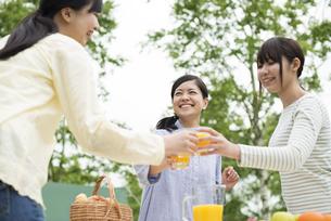乾杯をする3人の女性の写真素材 [FYI04550396]