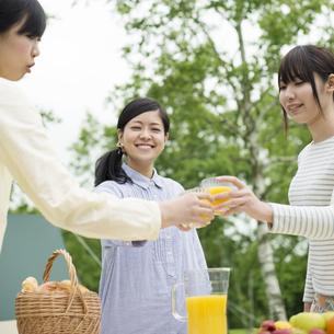 乾杯をする3人の女性の写真素材 [FYI04550397]