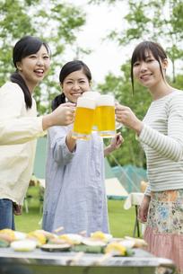 ビールで乾杯をする3人の女性の写真素材 [FYI04550402]