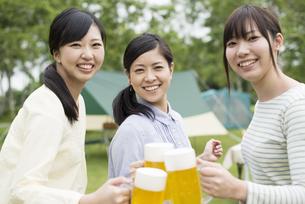 ビールで乾杯をする3人の女性の写真素材 [FYI04550403]