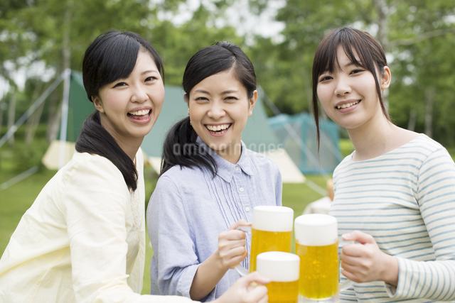 ビールで乾杯をする3人の女性の写真素材 [FYI04550404]