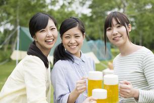 ビールで乾杯をする3人の女性の写真素材 [FYI04550406]