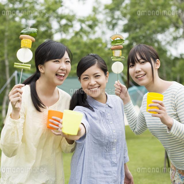バーベキューをする3人の女性の写真素材 [FYI04550408]