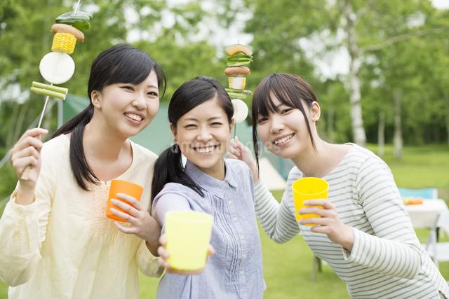 バーベキューをする3人の女性の写真素材 [FYI04550409]