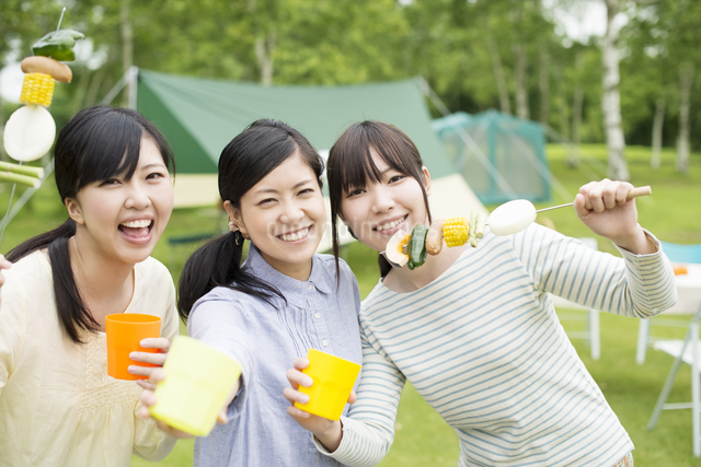 バーベキューをする3人の女性の写真素材 [FYI04550410]