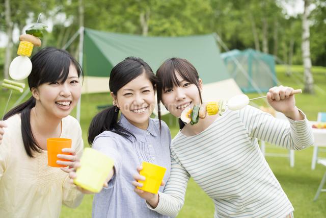 バーベキューをする3人の女性の写真素材 [FYI04550411]