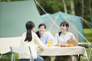 キャンプをする3人の女性の写真素材 [FYI04550420]