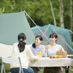 キャンプをする3人の女性の写真素材 [FYI04550425]