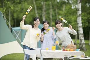 バーベキューをする3人の女性の写真素材 [FYI04550426]