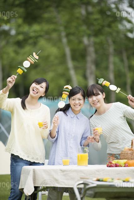 バーベキューをする3人の女性の写真素材 [FYI04550431]