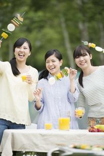 バーベキューをする3人の女性の写真素材 [FYI04550436]