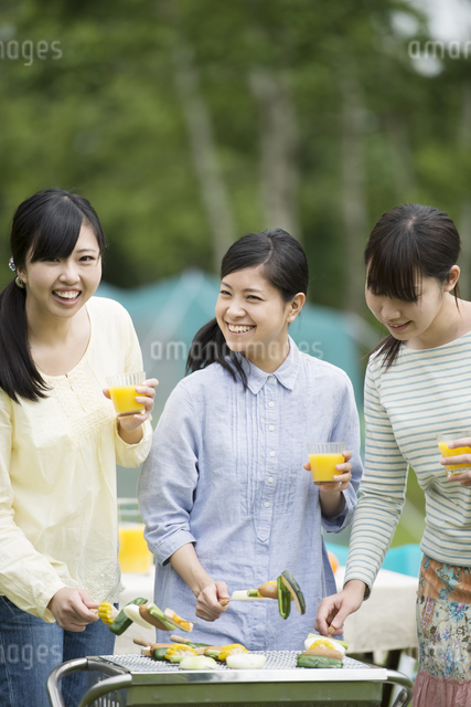 バーベキューをする3人の女性の写真素材 [FYI04550443]