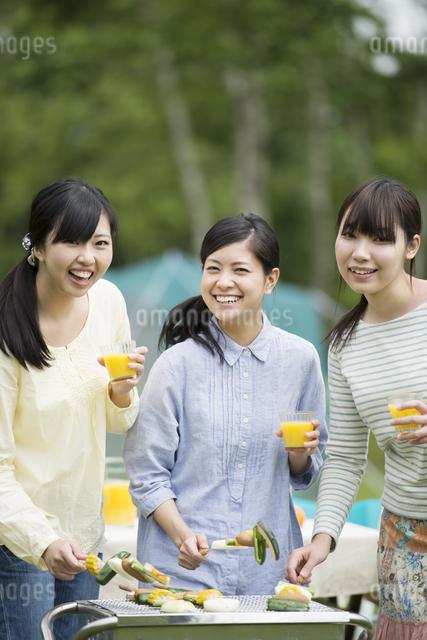 バーベキューをする3人の女性の写真素材 [FYI04550444]