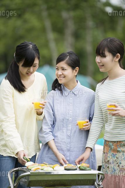 バーベキューをする3人の女性の写真素材 [FYI04550445]