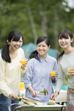 バーベキューをする3人の女性の写真素材 [FYI04550446]