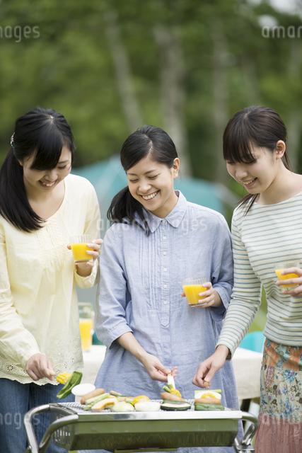 バーベキューをする3人の女性の写真素材 [FYI04550447]
