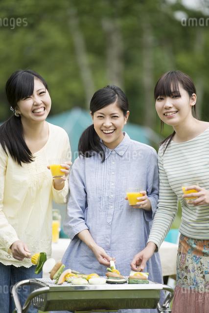 バーベキューをする3人の女性の写真素材 [FYI04550448]