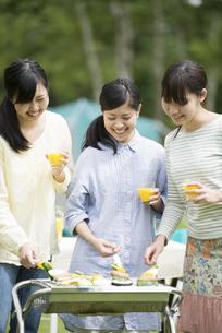 バーベキューをする3人の女性の写真素材 [FYI04550449]