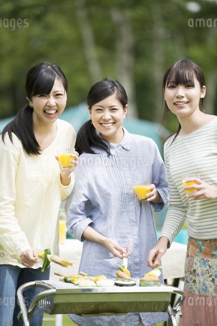 バーベキューをする3人の女性の写真素材 [FYI04550452]